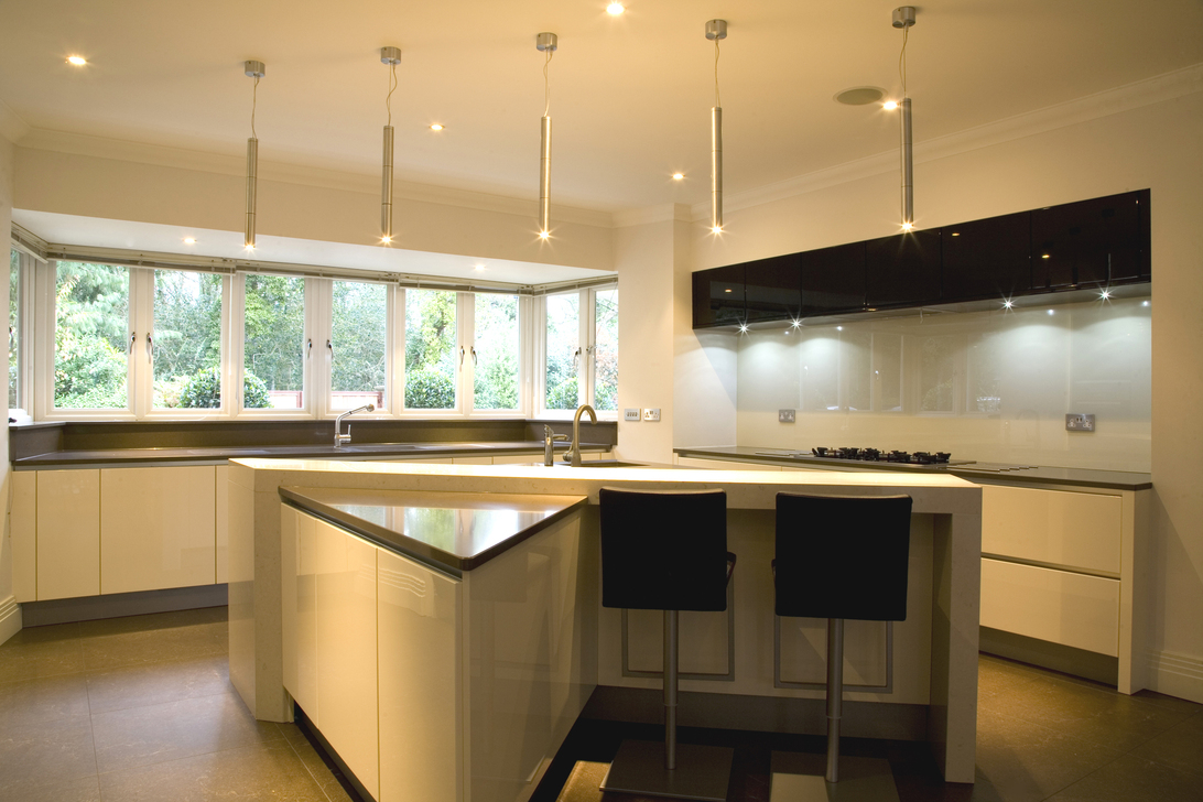 کابینت تمام شیشه ای آشپزخانه سفید و مشکی