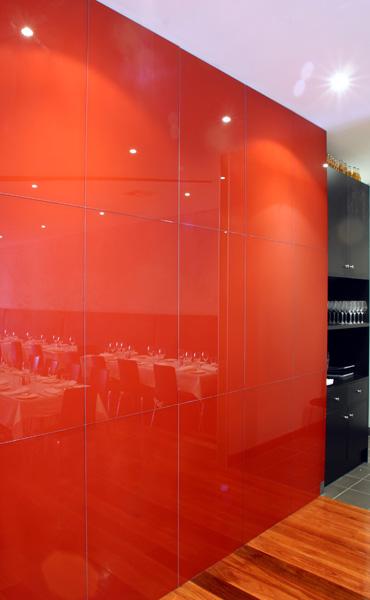 شیشه رنگی دیوارپوش تایلی قرمز