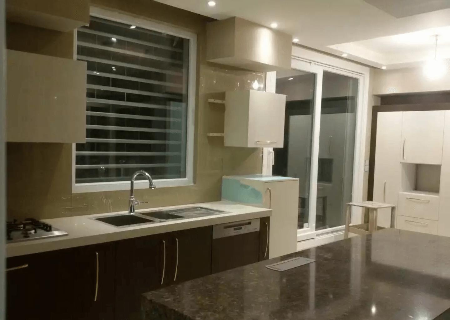 شیشه بین کابینت بژ آشپزخانه