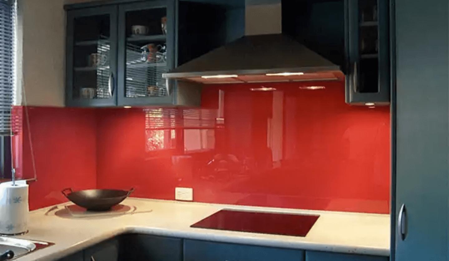 شیشه بین کابینت قرمز آشپزخانه