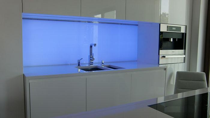 شیشه بین کابینت سفارشی آشپزخانه